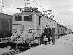 Rotterdam Maas - 28 september 1951. Loc 1120 is binnengelopen met een sneltrein uit Utrecht. Afgezien van het bagagerijtuig is al het materieel turkoois.