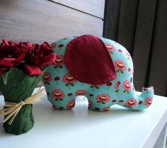 Almofada em formato de elefante em tecido importado 100% algodão. Medidas: aproximadamente 20cm x 30cm. A irmã corujinha é vendida separadamente. R$ 28,00