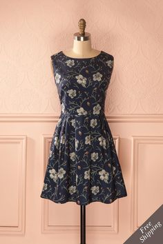 Elle ferma les yeux et écouta le bruit des feuilles qui dansaient dans le vent. She closed her eyes and listened to the sound of the leaves dancing in the wind. Navy floral dress https://1861.ca/products/vanida