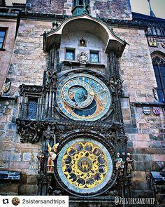 Astronomical Clocks Prague  @2sistersandtrips  Esse é o #Orloj!  O relógio astronômico da idade média construído em #Praga. Nele conseguimos acompanhar: terra sol lua apóstolos morte anjos galo zodíacos estrelas estações do ano personagens e as horas! Ele mostra até o momento do nascer e se por do sol!  Haja concentração pra interpretar tanta coisa ao mesmo tempo hein?!  #czech #praha #astronomicalclock #mundoafora #queroviajarmais #eunomundo #vacationtime #travel #abroad #todeferias…