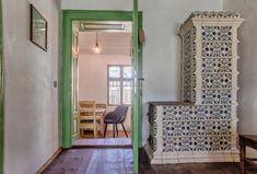 A Transylvanian room carefully restored in Viscri - Case de închiriat în Comuna Bunești Small Kitchenette, Furniture Restoration, Brick Wall, Beams, Painted Furniture, Craftsman, Oversized Mirror, Case, Modern