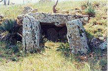 El Dolmen es una construcción megalítica consistente por lo general en varias losas hincadas en la tierra en posición vertical y una losa de cubierta apoyada sobre ella en posición horizontal