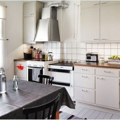 50-luvun keittiö 03 Kitchen Reno, Kitchen Dining, Kitchen Cabinets, Dining Room, Household, New Homes, Interior Design, Retro, Inspiration