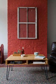 table basse originale avec un plateau en palettes en bois qui repose sur des pieds en épingle