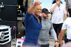 Pin for Later: Dwayne Johnson Montre Ses Muscles Sur le Tournage de Alerte à Malibu