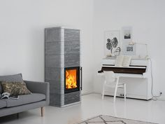 The elegance of the Salvo soapstone masonry heater emerges from the harmonious placement of tiles and rounded corners. For the surface cladding you can choose between classically smooth soapstone or a combination of smooth and ornamental tiling.