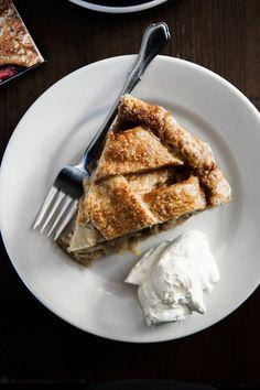 Four & Twenty Blackbirds Salted Caramel Apple Pie Blueberry Pie Recipes, Peach Pie Recipes, Chocolate Pie Recipes, Tart Recipes, Apple Recipes, Sweet Recipes, Fruit Galette Recipe, Apple Tart Recipe, Salted Caramel Apple Pie
