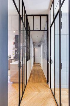 Appartement Paris 16 : un haussmannien qui se modernise - Côté Maison Steel Windows, Windows And Doors, Paris Apartments, Luxury Apartments, Design Loft, Design Design, Glass Structure, Glass Partition, Vestibule