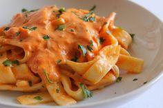 Gli scialatielli con crema di peperoni, Philadelphia e prosciutto cotto è un primo piatto gustoso, dai sapori forti ed intensi che di certo piaceranno a tutti. Ecco la ricetta