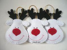 Vous recevrez un ornement. Ornement de renne personnalisé  Ajouter une touche de couleur à votre arbre de Noël cette saison de vacances avec ces décorations de Noël en feutrine aux couleurs vives. Décorations pour votre arbre de Noël dans de belles couleurs de Noël. Suspendre ces adorables boules de Noël de Rennes sur votre arbre de Noël, jusquà dans windows ou pour ajouter une touche de fantaisie à n'importe quel coin de votre maison.  Cette adorable décoration de Noël en feutrine renne…