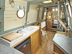 Luxury kitchen: 65 photos of projects to inspire - Home Fashion Trend Canal Boat Interior, Sailboat Interior, Sailboat Decor, Narrowboat Interiors, Narrowboat Kitchen, Barge Interior, Canal Barge, Sailboat Living, Unusual Homes