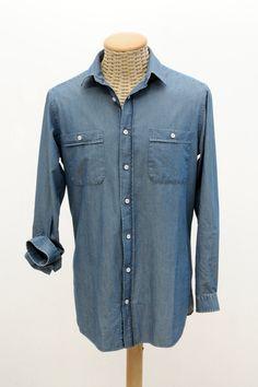camicia in tessuto DENIM, nella colorazione ottenuta dal processo di smeriglio più leggero.