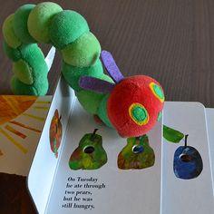 Na Terça-feira ele comeu duas peras, mas continuava com fome... The Very Hungry Caterpillar, o clássico de Eric Carle, numa edição de páginas duras e peluche da Lagartinha Comilona!