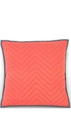 Coussin Charleston: une pièce en pur coton, fabriquée en Inde pour un fini de qualité. Avec des coutures en forme de chevrons, pour plus de texture, et un rembourrage généreux en plumes.