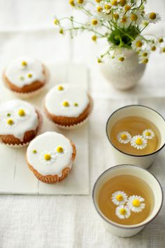 Mini Chamomile cakes with honey frosting