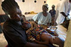 VÅKENATT: Delphine Sanadjo Ndjata våker over sin fire måneder gamle sønn som blir behandlet for malaria på Leger Uten Grensers sykehus i Boguila i Den sentralafrikanske republikk.