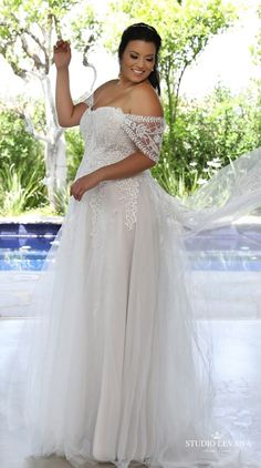 Plus size strapless wedding gown with off shoulder sleeves. Kerrie. Studio Levana #weddinggowns