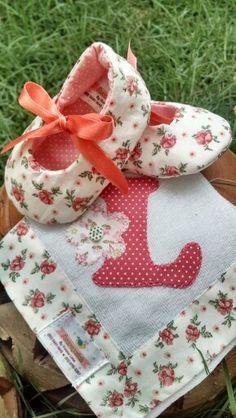Kit Sapatinho de tecido, Fraldinhas de boca Personalizada #Amoraparch…
