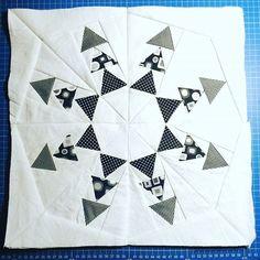 Der #paperpiecing #block ist fertig und es ist noch viiiel #luftnachoben #quilt #quiltalong #quiltblock #berninamedaillonqal #quiltalong2017 #schwarzweiss #schwarzweiß #nähen #quilten #quilting #sewing