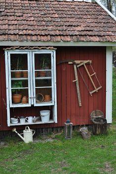 Äntligen fungerar uppladdningen av bilder igen, så nu kommer ett litet ute reportage. Jag tillverkade ett litet växthus av gamla fönster för...