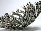 Filaments de porcelaine noirs et blancs. Création de Nathalie Domingo.