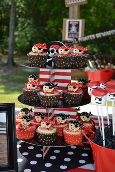 Pirate Party Cupcakes - Maybe make Jake and Pirates Printables for Toothpics Pirate Birthday, Pirate Theme, Boy Birthday, Pirate Cupcake, Cupcake Party, Grolet, Party Fiesta, Food Themes, 4th Birthday Parties