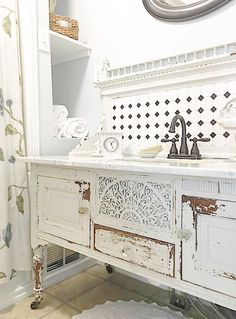Bathroom Inspiration: Using a Dresser as a Vanity – Looking for bathroom renovation inspiration? I've rounded up my favorite DIY bathroom vanities from old furniture! Turn a dresser to a vanity! Cozinha Shabby Chic, Baños Shabby Chic, Shabby Chic Kitchen, Shabby Chic Homes, Shabby Chic Bathrooms, Farmhouse Bathrooms, Bad Inspiration, Bathroom Inspiration, Dresser Inspiration