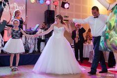 Muzica live asigurata de Formatie Nunta Cryss Band www. Diana, Live, Wedding Dresses, Fashion, Bride Dresses, Moda, Bridal Gowns, Fashion Styles, Weeding Dresses