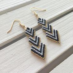 ビーズ編みの三角ピアス/イヤリング ハンドメイドのアクセサリー(ピアス)の商品写真