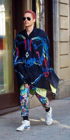 Difficile de rater l'acteur américain Jared Leto, en ce jeudi 8 octobre, dans les rues de New York. Vêtu d'une cape très colorée de la marque Marcelo...