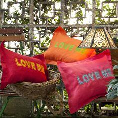 Capa de Almofada Love Me - Capa de almofada Love Me 100% Linho  Cor: Laranja Pink Vermelho Única  Produto Exclusivo Alfaias
