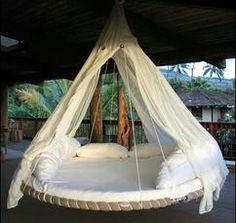 Luxe hangend bed van een oude trampoline. Heerlijk om een relax plekje van te maken in de tuin met een mooie stof over de trampoline en een paar zachte kussens. De klamboe zorgt voor sfeer en houdt irritante beestjes weg.