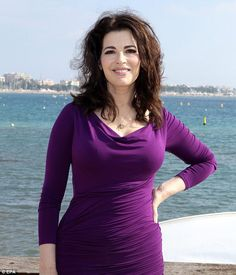 LIZ JONES: Nigella Lawson was a bit in the bain-marie last week for saying that French food is all about fancy sauces and plate decoration, and that she far prefers Italian food. Justine Legault, Buxom Beauties, Tv Chefs, Tv Girls, Beautiful Old Woman, Nigella Lawson, Belleza Natural, Vintage Beauty, Portraits