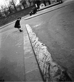 The water running the street is a good capture for a black and white.mimbeau: Gutter in flood Paris 1934 Robert Doisneau Robert Doisneau, Vintage Photography, Amazing Photography, Street Photography, Urban Photography, Color Photography, Vintage Paris, French Vintage, Sabine Weiss