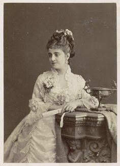 Studioportret van een vrouw, zittend naast een tazza met waaier in de hand, Anonymous, 1878 - 1890