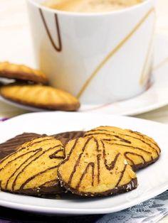 I Biscotti alla farina di mais e cioccolato sono una tentazione alla quale non si può rinunciare. Da regalarsi e regalare, conservati in scatole di latta! #biscottifarinamaiscioccolato