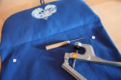 Le tuto de ma pochette à langer | pour mes jolis mômes, mais pas que... Couture Bb, Diaper Clutch, Crochet Basket Pattern, Changing Mat, Wet Bag, New Years Eve Party, Elsa, Textiles, Sewing