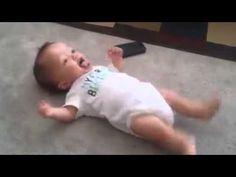 No creeráslo que hace este bebé con tan sólo unos meses de edad