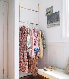Dressing ouvert : une penderie suspendue au plafond