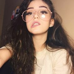 Poses que aún no intentas en tus selfies y te harán ver guapísima Cute Selfies Poses, Bree, Photos Tumblr, Girls With Glasses, Foto Pose, Tumblr Girls, Thalia, Girl Face, Stylish Girl