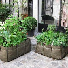 Les potagers en carré Bacsquare 9 toile géotextile dans la cour de Merci à Paris : faire fleurir le pavé sans complication !