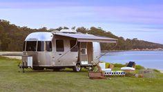 Las caravanas Airstream se caracterizan por su forma aerodinámica con...