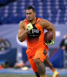 American football - Hawaii running back Joey Iosefa runs a drill during the 2015 NFL Scouting Combine at Lucas. (2560×2938)