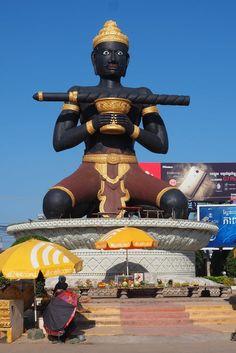 Rond-point de Battambang et sa statue de Dambang Kranhoung. Cambodge.