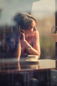 """Коллекция фотоидей! Снимайте через стекла кафе! Ловите блики и отражения! Создавайте атмосферу! Автор: Катюша из серии """"Девушка и город"""""""