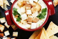 Rozgrzewająca zupa serowa ze świeżą pietruszką i grzankami