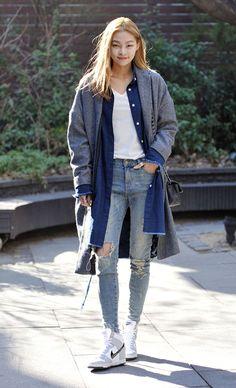 Perfeito pro inverno, o look jeans chemise com sobretudo e tênis branco é uma ótima opção.
