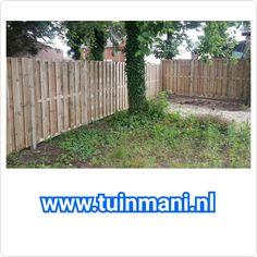 Een schutting erfafscheiding afscheiding met geimpregneerde houten palen gecombineerd met geïmpregneerd houten tuinschermen geplaatst door en verkrijgbaar bij   #tuinmani @Tuinmani www.tuinmani.nl