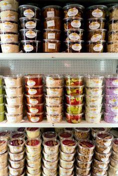 Hummus, de spannende hoofdmoot van een behoorlijk voedzame maaltijd, zoals hij meestal in Jeruzalem wordt gegeten. Een basisrecept van Yotam Ottolenghi en Sami Tamimi waarmee u kunt variëren naar eigen smaak. Laat u verrassen door dit heerlijke recept of een van de andere recepten uit Jeruzalem. http://www.fontaineuitgevers.nl/wp/wp-content/uploads/9789059564664-Jeruzalem.pdf