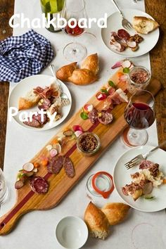 The Enchanted Home: Summer entertaining, party ideas and a fabulous entertaining giveaway! Plateau Charcuterie, Charcuterie Cheese, Charcuterie Board, Tapas, Antipasto, Cheese Party, Brunch, Food Presentation, Creative Food